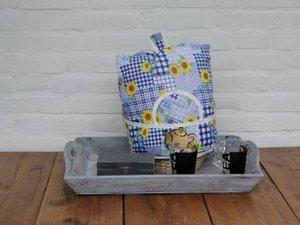 Teewärmer mit Korb: gelbe Blumen auf blau Muster