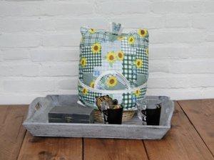 Teewärmer mit Korb: gelbe Blumen auf Gruen Muster